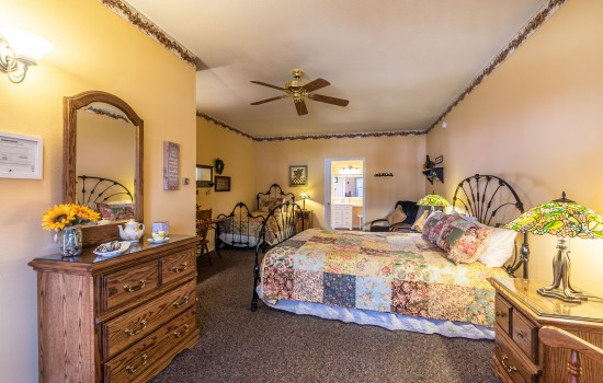 Apples Bed & Breakfast Inn: Summer
